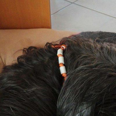 Lady mit Kunstlederkette und Perlen Swarovskistyl