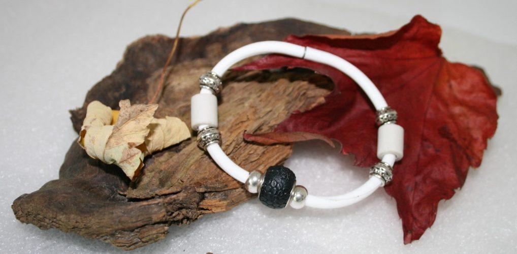 Kautschuk Armband mit Lederbead und silbernen Metallelementen